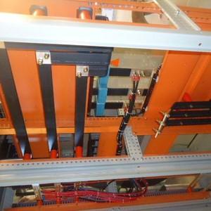Quadro de distribuição elétrico com barramento
